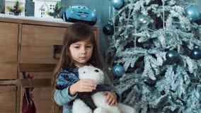 La ragazza è triste ed abbraccia l'orsacchiotto bianco video d archivio