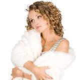 La ragazza è in un cappotto di pelliccia Fotografia Stock Libera da Diritti