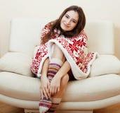 La ragazza abbastanza castana di Yong nel Natale orna la coperta che ottiene calda sull'inverno freddo, concetto di bellezza di f immagini stock libere da diritti
