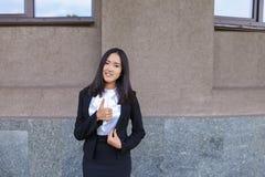 La ragazza abbastanza diligente dello studente esamina diritto la macchina fotografica, tiene Thu Fotografie Stock Libere da Diritti