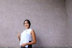 La ragazza abbastanza diligente dello studente esamina diritto la macchina fotografica, tiene Thu Fotografia Stock Libera da Diritti