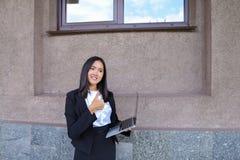 La ragazza abbastanza diligente dello studente esamina diritto la macchina fotografica, tiene Thu Fotografia Stock