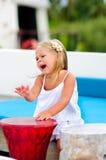 La ragazza abbastanza felice ha un divertimento in caffè della spiaggia Fotografie Stock
