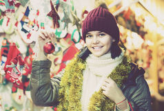 La ragazza abbastanza teenager sceglie le decorazioni floreali Fotografia Stock Libera da Diritti