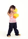 La ragazza abbraccia un giocattolo molle fotografia stock libera da diritti