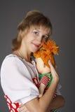 La ragazza abbraccia una bambola Fotografie Stock