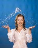 La ragazza in acqua spruzza Immagini Stock