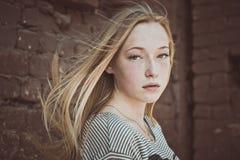 La ragazza ad una parete Fotografie Stock