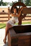 La ragazza ad una sorgente di acqua Immagine Stock Libera da Diritti