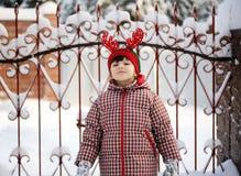 La ragazza adorabile del bambino in cappello cornuto propone all'aperto Fotografia Stock