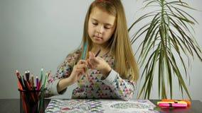 La ragazza adorabile disegna con le matite variopinte Distensione della tensione Front View stock footage