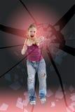La ragazza aggressiva fracassa il suo vetro del pugno Immagine Stock