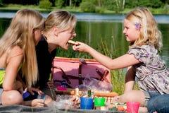 La ragazza alimenta la sua madre Fotografie Stock