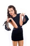 La ragazza alla moda con capelli lunghi sceglie le scarpe Immagini Stock Libere da Diritti