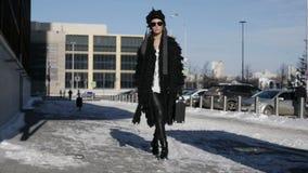 La ragazza alla moda sta avendo una passeggiata stock footage
