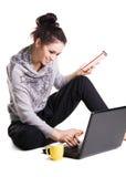 La ragazza allegra bella sta praticando il surfing con il computer portatile Fotografia Stock Libera da Diritti
