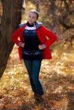 La ragazza allegra cammina nel parco di autunno Immagini Stock Libere da Diritti