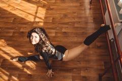La ragazza allegra del dencer sta allungando le gambe Fotografia Stock Libera da Diritti