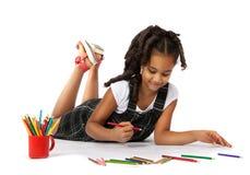 La ragazza allegra estrae la matita che si trova sul pavimento Fotografie Stock Libere da Diritti