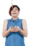 La ragazza allegra ha messo le vostre mani sotto la pioggia delle monete Fotografie Stock Libere da Diritti