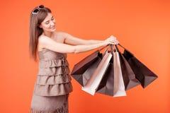 La ragazza allegra sta andando a fare spese con Fotografie Stock