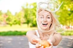 La ragazza allunga la mela Fotografie Stock