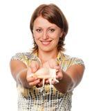 La ragazza allunga un seashell Fotografie Stock Libere da Diritti