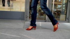 La ragazza alta e con le gambe lunghe passa attraverso la città 1 video d archivio