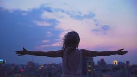La ragazza ambiziosa che esamina le luci di grande città da altezza, vuole conquistarla video d archivio