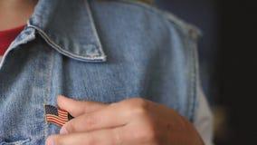 La ragazza americana bionda mette un perno sul suo rivestimento video d archivio