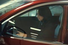 La ragazza ammira l'automobile Immagini Stock