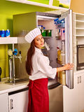 La ragazza apre il frigorifero Fotografie Stock Libere da Diritti
