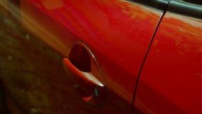 La ragazza apre l'automobile della porta in rosso stock footage