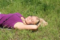La ragazza ascolta musica Fotografie Stock