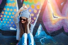 La ragazza ascolta musica in cuffie bianche Fotografie Stock Libere da Diritti