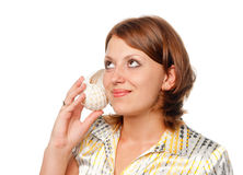 La ragazza ascolta un seashell Immagine Stock Libera da Diritti