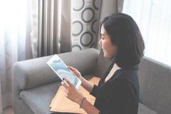 La ragazza asiatica addited ad acquisto online, pieno della scatola deliveried fotografie stock