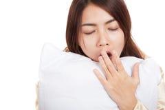 La ragazza asiatica di sbadiglio sveglia sonnolento e assonnato con il cuscino Fotografia Stock