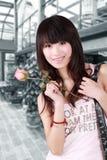 La ragazza asiatica ed è aumentato Fotografie Stock Libere da Diritti