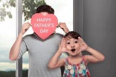 La ragazza asiatica felice celebra il giorno di padri con il suo papà fotografia stock