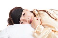 La ragazza asiatica felice con la maschera di occhio sveglia e sorride Fotografia Stock