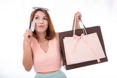 La ragazza asiatica gode di di comperare con la carta di credito e l'isolante del sacchetto della spesa Fotografia Stock