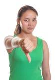 La ragazza asiatica mostra il suo pollice giù Fotografia Stock Libera da Diritti