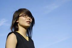 La ragazza asiatica osserva in su Fotografie Stock Libere da Diritti