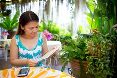 La ragazza asiatica sceglie l'ordine Immagini Stock Libere da Diritti
