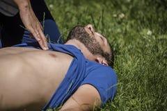 La ragazza assiste un tipo incosciente dopo l'incidente immagini stock libere da diritti