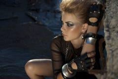 La ragazza assomiglia ad un rock star Immagini Stock