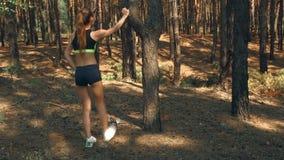 La ragazza atletica con le natiche duttili in pantaloncini corti fa le scosse video d archivio