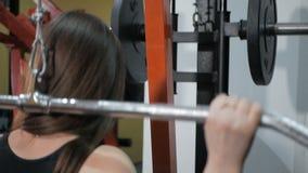 La ragazza atletica risolve alla palestra video d archivio