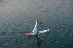 La ragazza atletica sta su paddleboard01 fotografie stock libere da diritti
